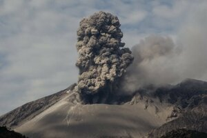 В Японии вулкан выбросил столб пепла высотой 400 метров