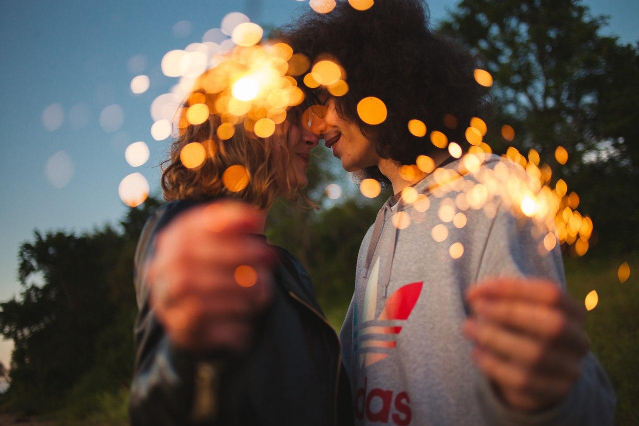 парень и девушка бенгальские огни