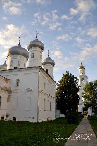 Cвято-Юрьев монастырь, Спасский собор и Надвратная колокольня.