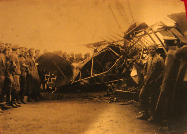 У сбитого немецкого самолета. (1915-16).jpg