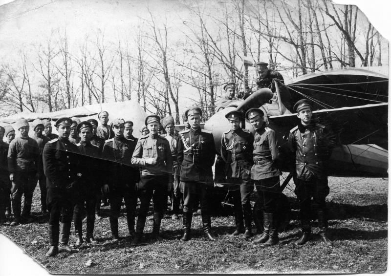 Истребительная авиагруппа под командованием А.А. Казакова у самолета. 1915.jpg