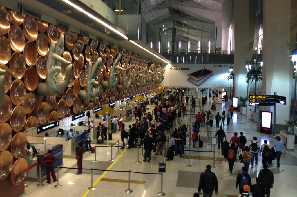 Паспортный контроль в зале прилета аэропорта Индиры Ганди