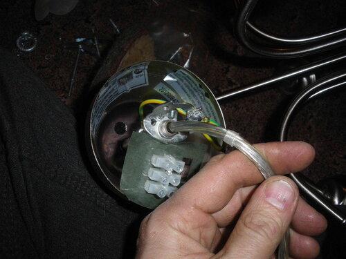 Фото 12. Демонтаж штатного винтового клеммника. Обратите внимание на выведенную вверх (по проводу) пластмассовую защитную втулку, призванную предохранять провод от повреждений изоляции при соприкосновении с металлической трубкой.