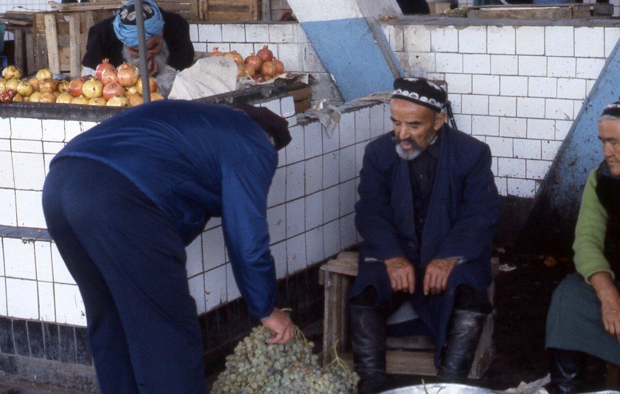 Покупка винограда  на ташкентском рынке