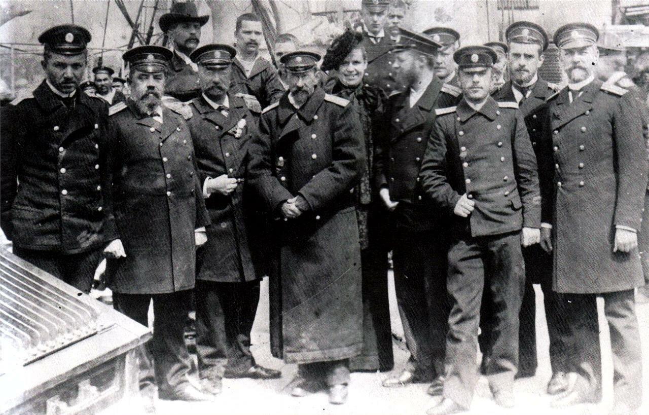 Офицеры крейсера «Варяг» на борту канлодки «Запорожец»
