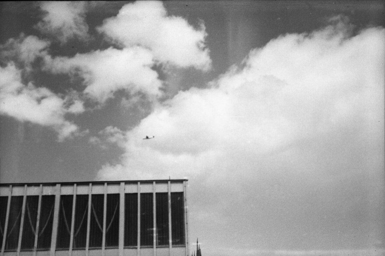 Самолёт в небе (рядом с дворцом спорта)