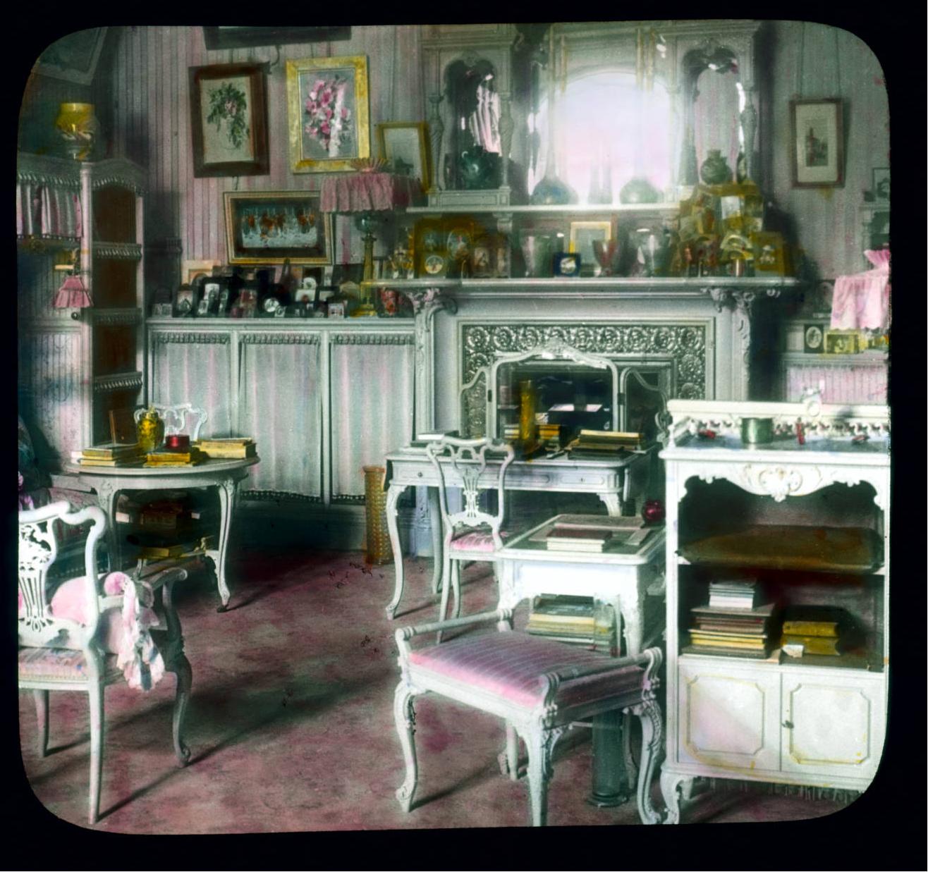 Пушкин (Царское Село). Александровский дворец: интерьер, гардеробная Александры