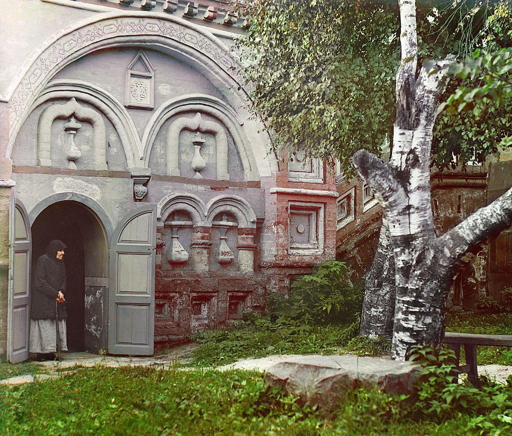 Во дворе церкви Воскресения. 1910.