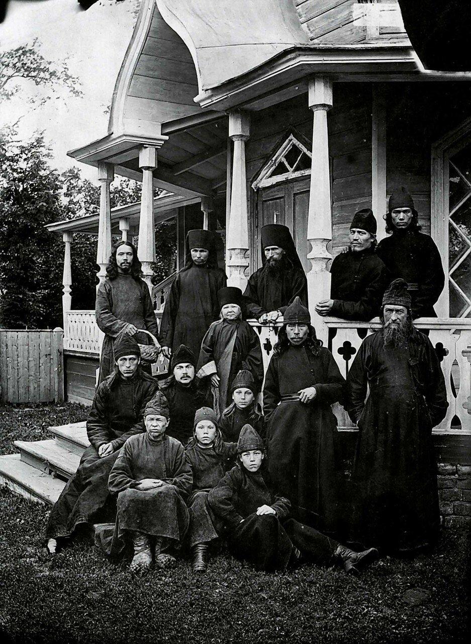 Группа монахов в Михайло-Архангельском черемисском монастыре.