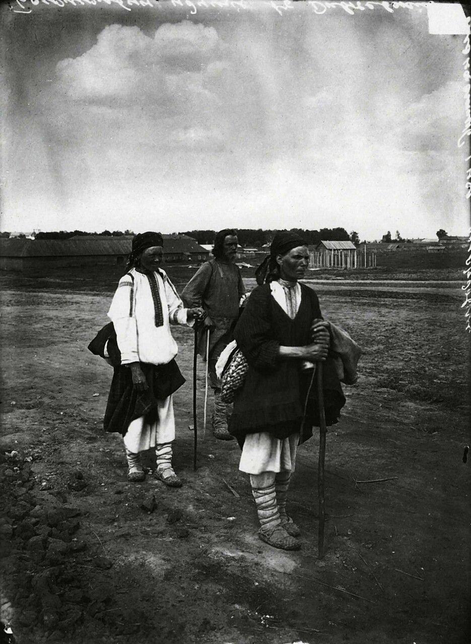 Богомольцы, идущие в Серафимо-Дивеевский женский монастырь. 1904.