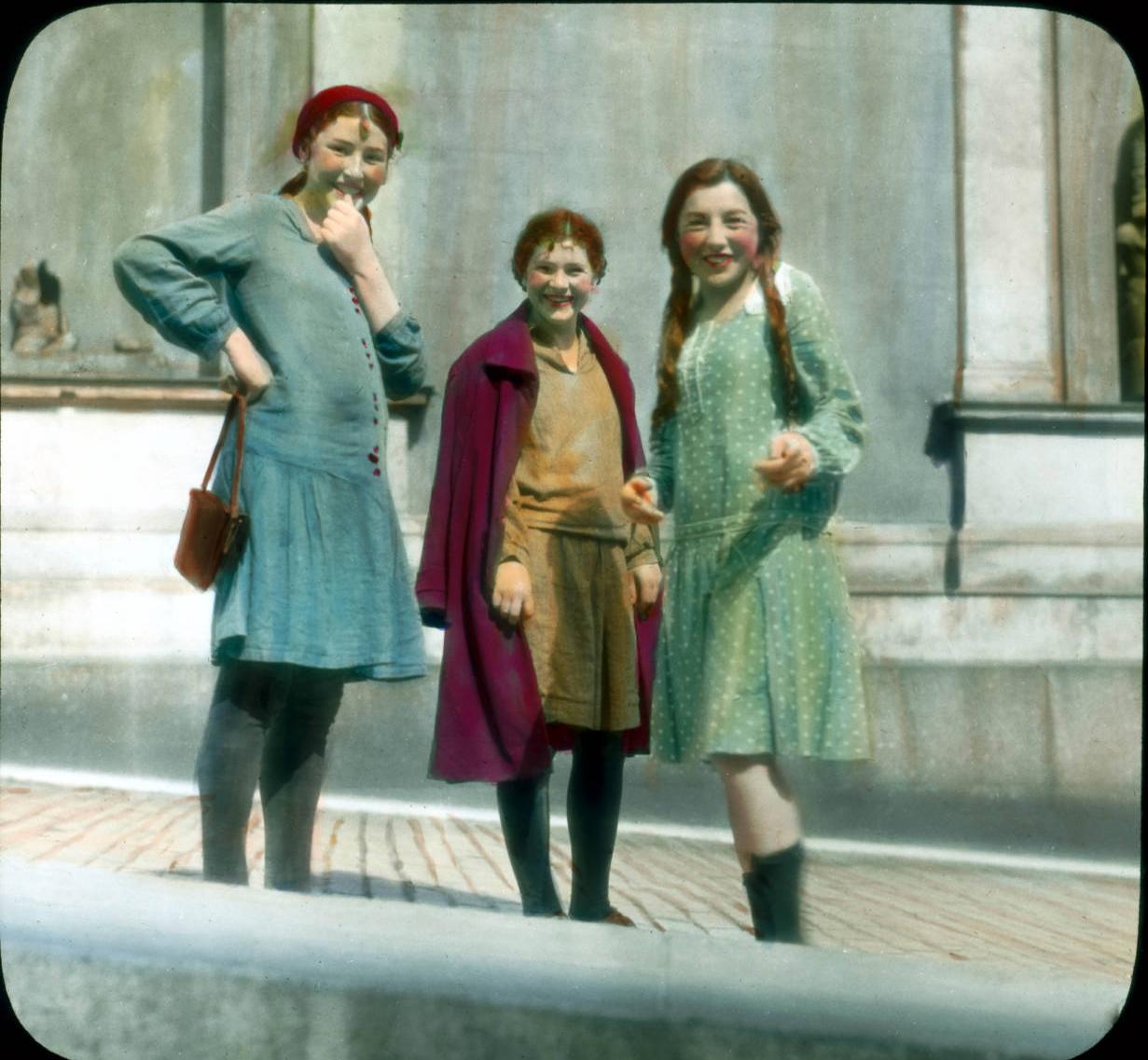 Санкт-Петербург. Эрмитаж (Новый Эрмитаж) - девушки возле музея