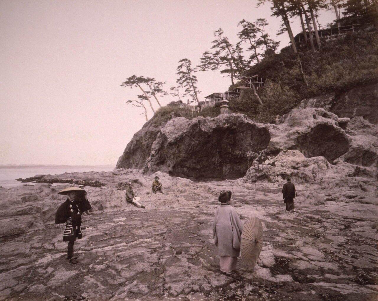 Сигэхару, скалистое плато недалеко от Эносимы, Японии. 1890 г.
