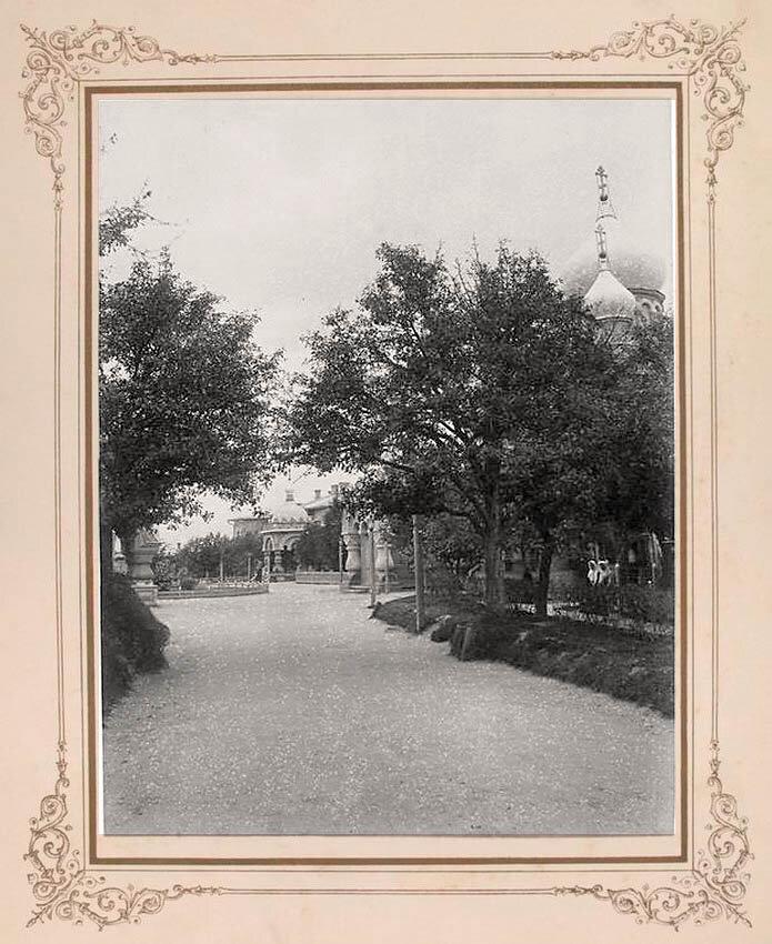 17. Широкий переулок ведущий к церкви