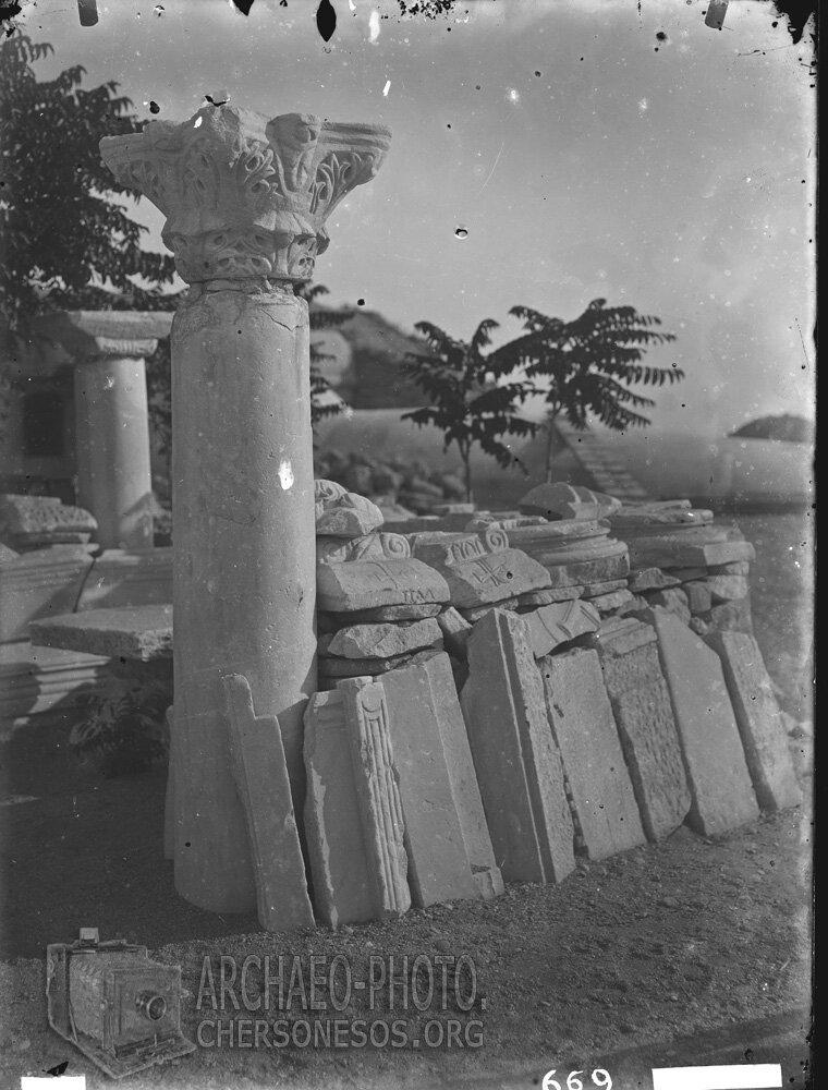 Капители, базы, колонны и алтарные преграды из раскопок средневековых памятников Херсонеса, выставлены для всеобщего обозрения во дворе музея
