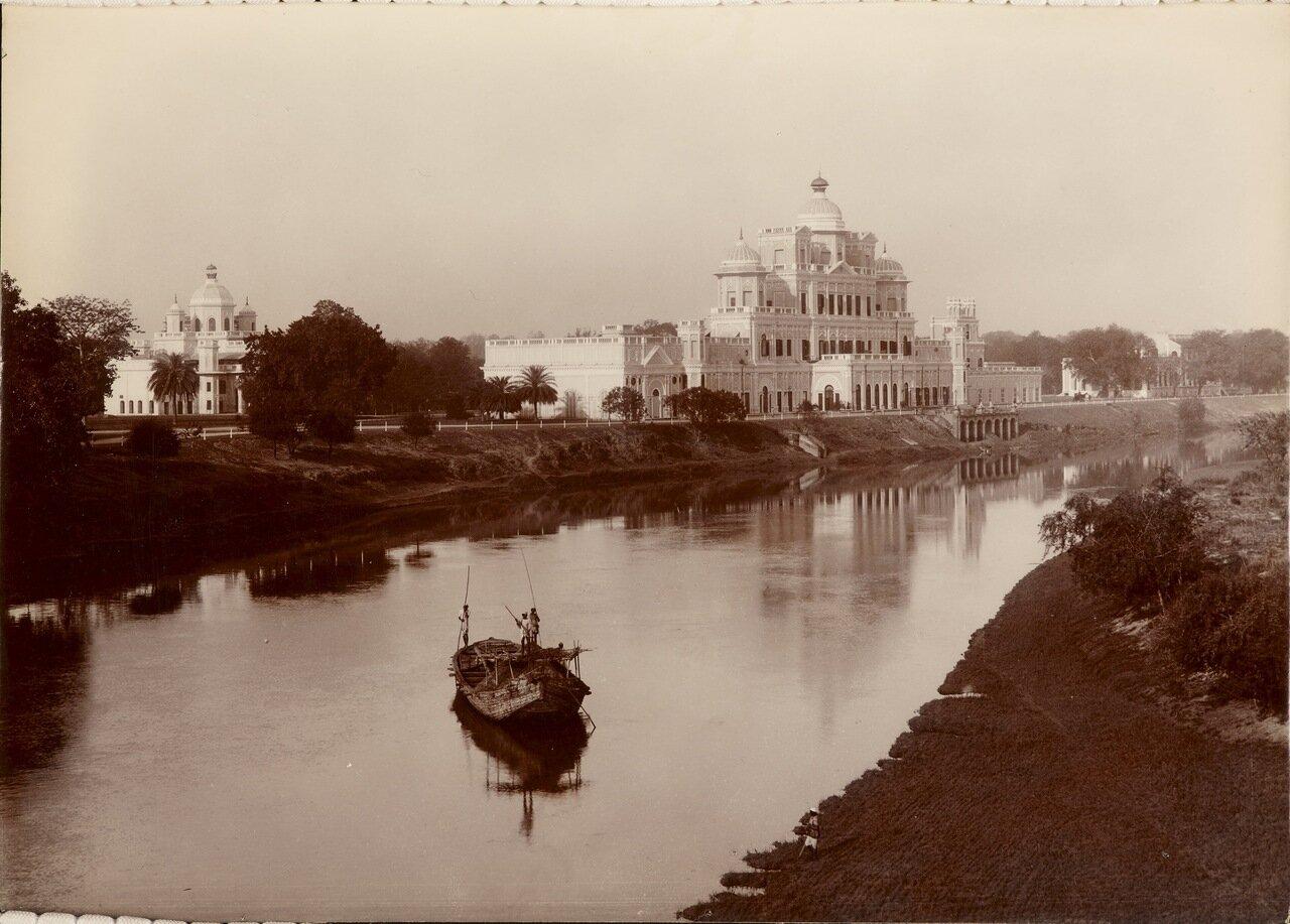Вид на Бара Чаттар Манзил с реки Гомти. 1895 г.