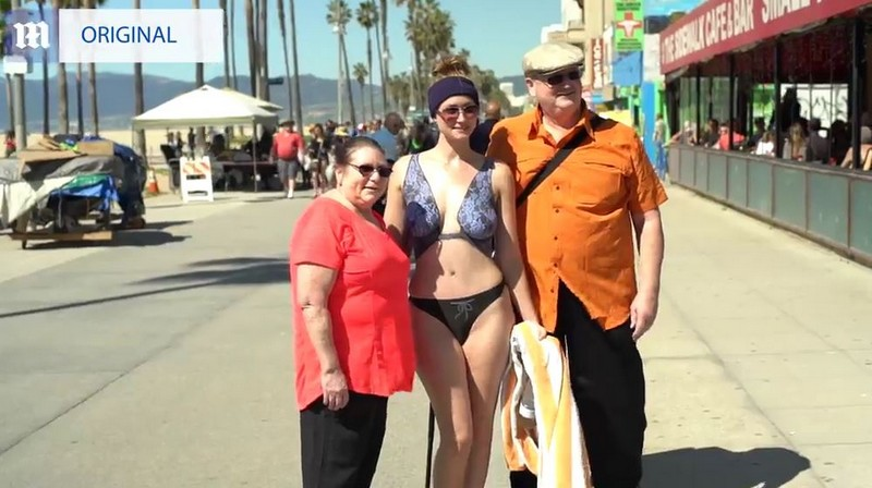 Девушка в нарисованном купальнике прогулялась по Лос-Анджелесу