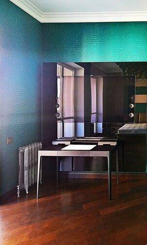 """спальня в стиле """"Версаче"""", телевизионный стеклянный портал с подсветкой, чугунный радиатор в стиле """"ретро"""""""