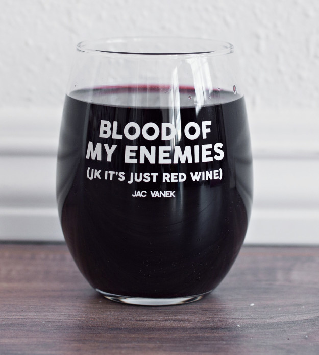 Бокал с надписью: «Кровь моих врагов (ладно, это всего лишь красное вино)».