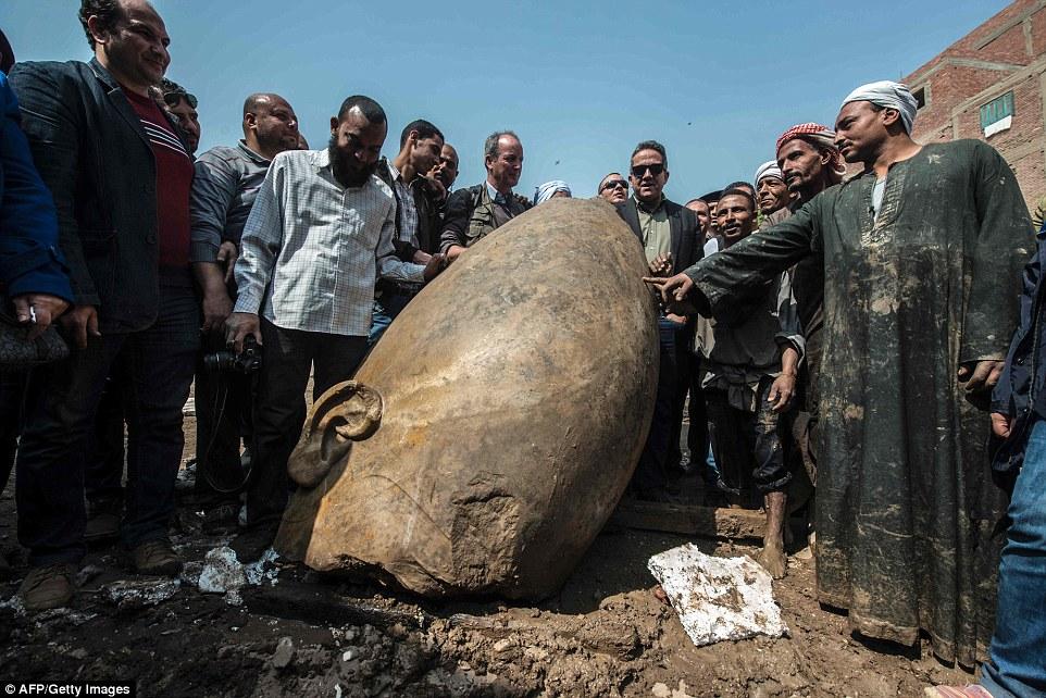 Министр Египта по делам древностей Халед аль-Анани с рабочими рядом с головой статуи. «Мы обнаружили