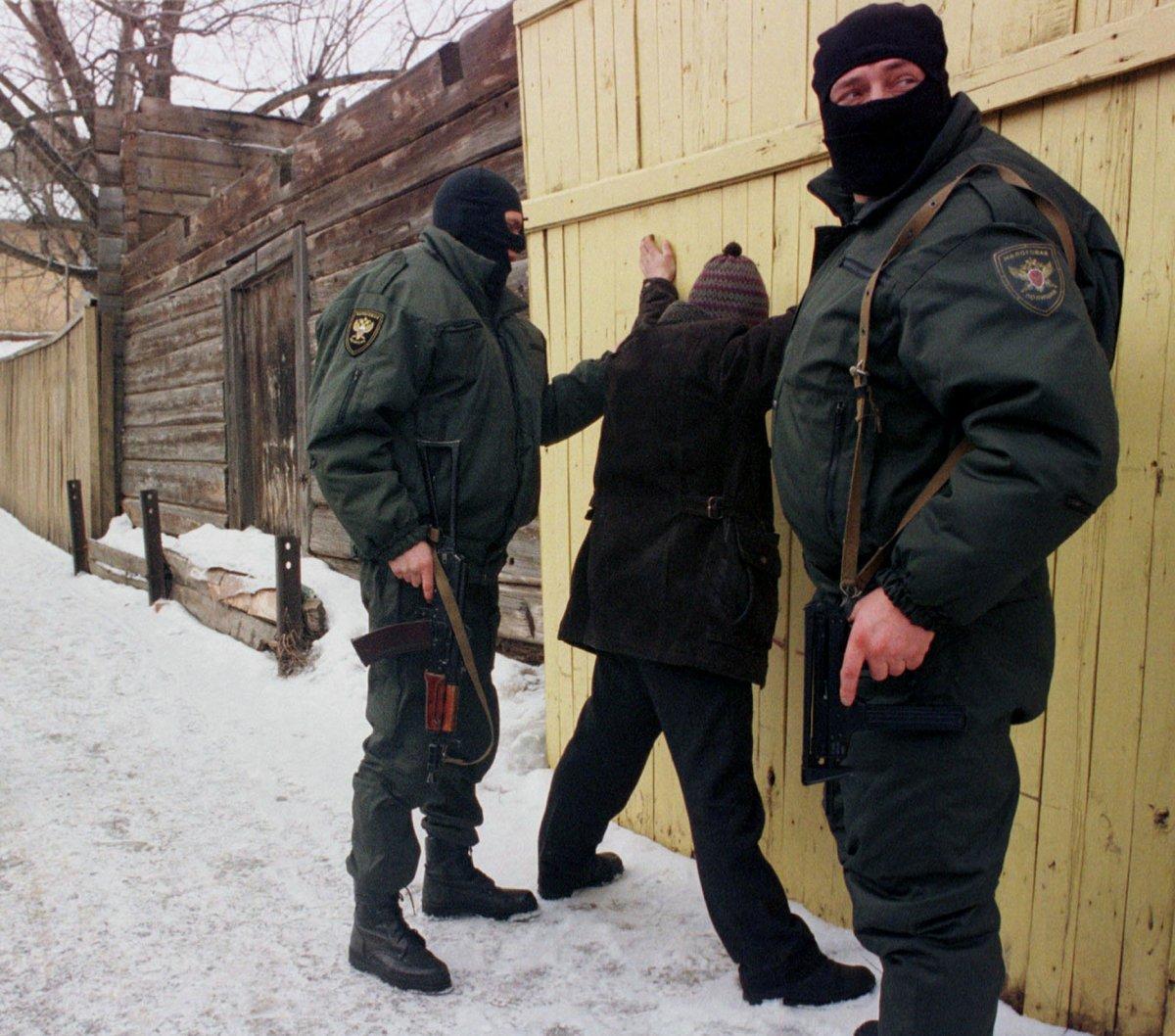 Полиция производит арест на улице Серпухова, февраль 1999 года.