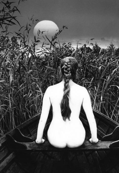 Девушка в лодке. 1970 год. Фотограф: Валдис Браунс.