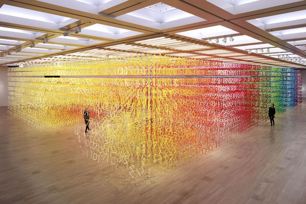 Яркая инсталляция из 60.000 цветных цифр