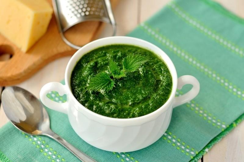 Соус в стиле песто. Ингредиенты: 3 пучка крапивы 2–3 горсти грецких или кедровых орешков 5–7 ст. л.