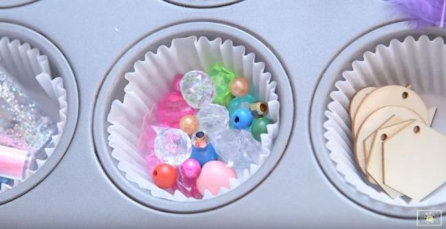 Форма для кексов также может стать отличным помощником, чтобы аккуратно расфасовать бусины, карандаш