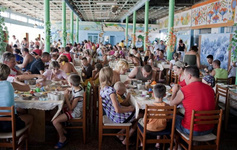 Время завтрака. Столовая на курорте Затока (Одесская область).