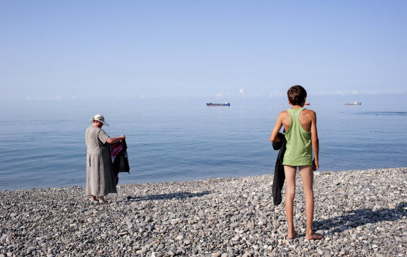 Туристы на главном общественном пляже в Сухуми, Абхазия.