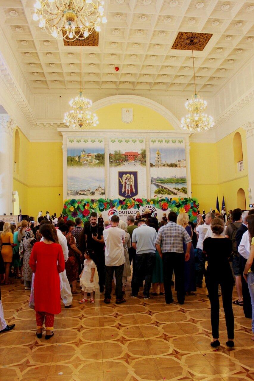 Посетители фестиваля в Колонном зале мэрии Киева