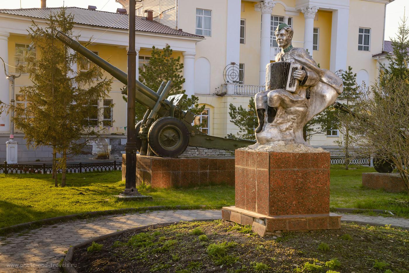 32. Монумента в парке Сатки напротив комплекса «Сонькина лагуна». 1/125, -0.33, 6.3, 200, 48.