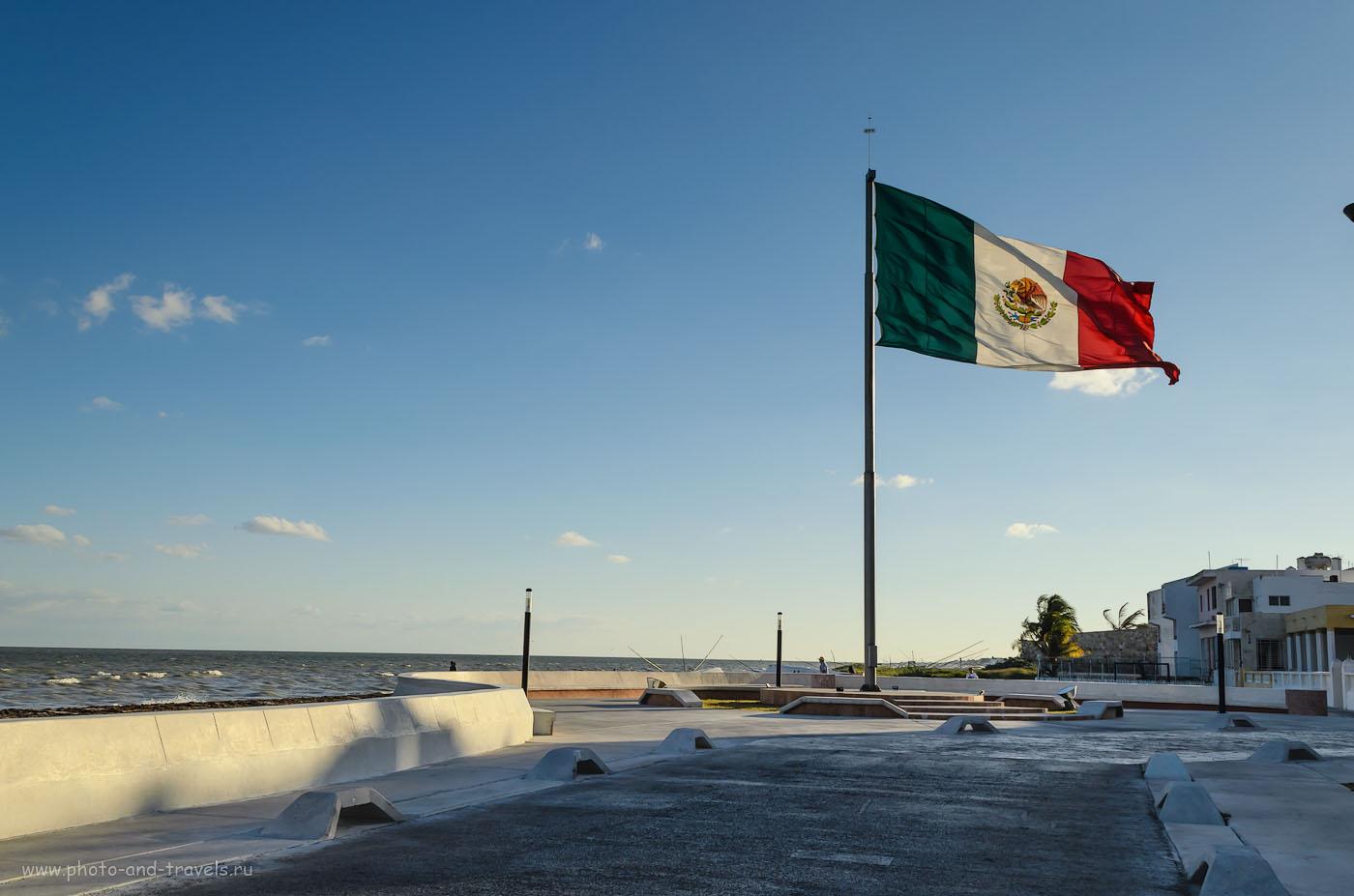 Фото 3. Отдых в Мексике. Флаг на набережной в поселке Прогресо (Progreso), что недалеко от города Мерида. Отзывы туристов об аренде машины и путешествии по стране дикарями. Камера Nikon D5100 KIT 18-55. Настройки: выдержка 1/200, диафрагма f/13, фокусное расстяние 23 мм, ISO 100.