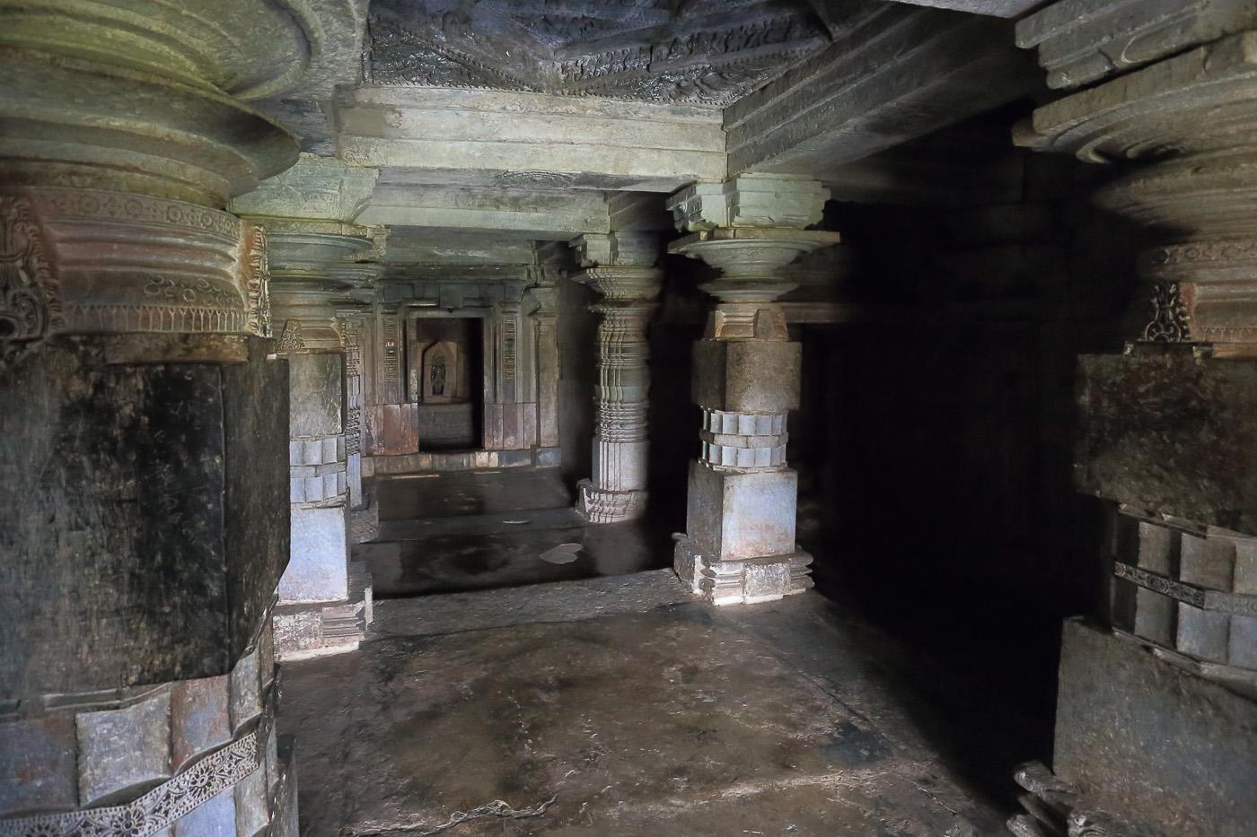 Фото №14. Храмы Halebeedu Basadi Digambar Jain Temples. Зал перед алтарем тиртханкара Андинатха. Отзывы об экскурсии в Халебид, что в штате Карнатака в Индии. 1/40, -1 eV, f 6.3, 17mm, ISO 12800.