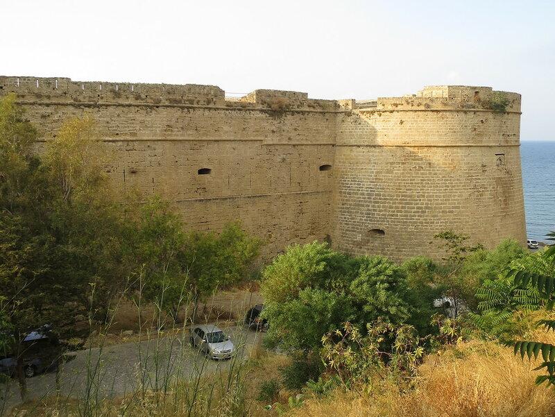 Южная стена, ров и юго-восточный бастион