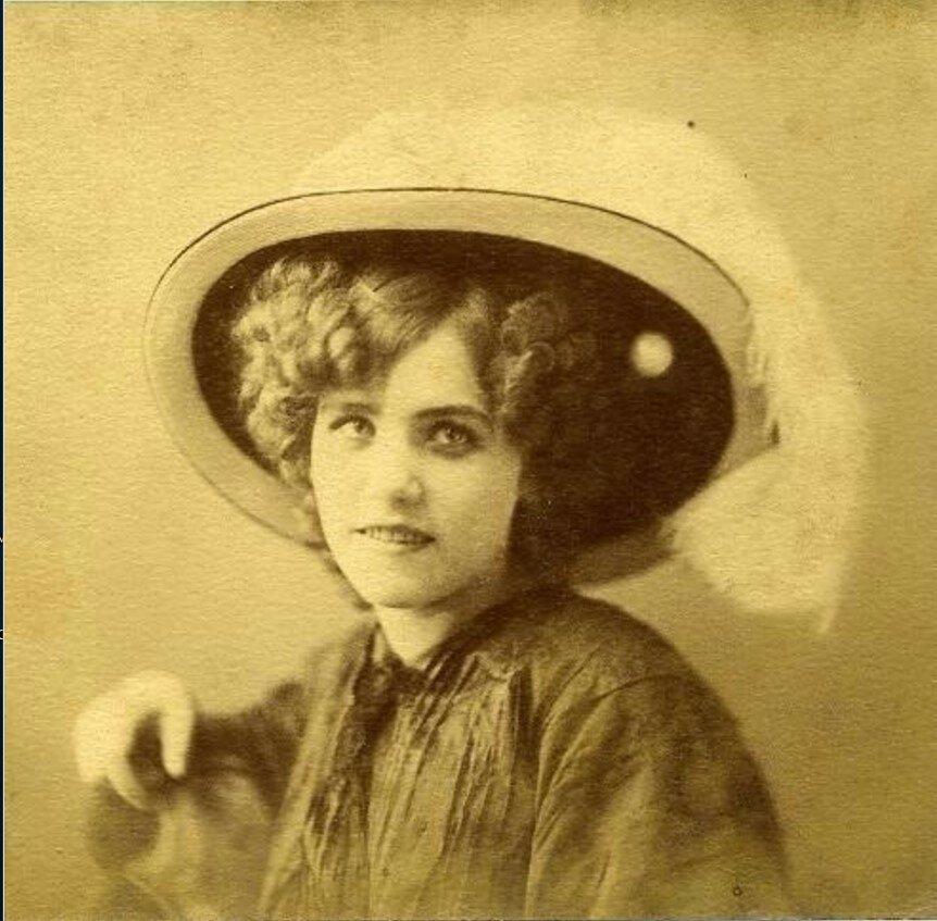 1910-е. Портрет женщины в соломенной шляпе с пером