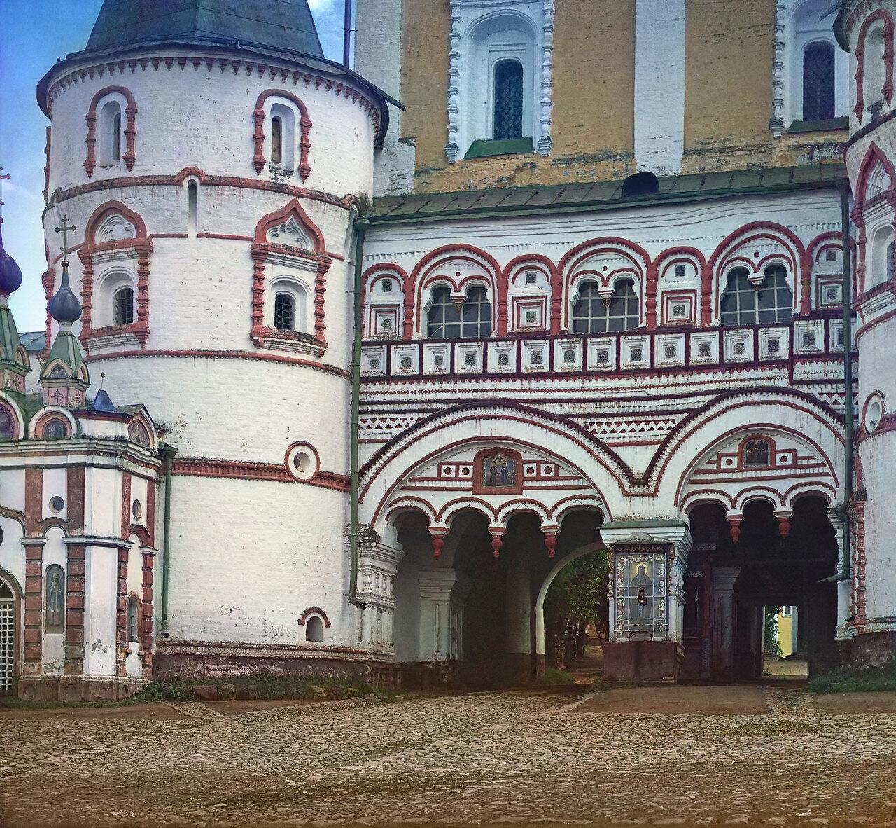 Деталь входа в Борисоглебский монастырь
