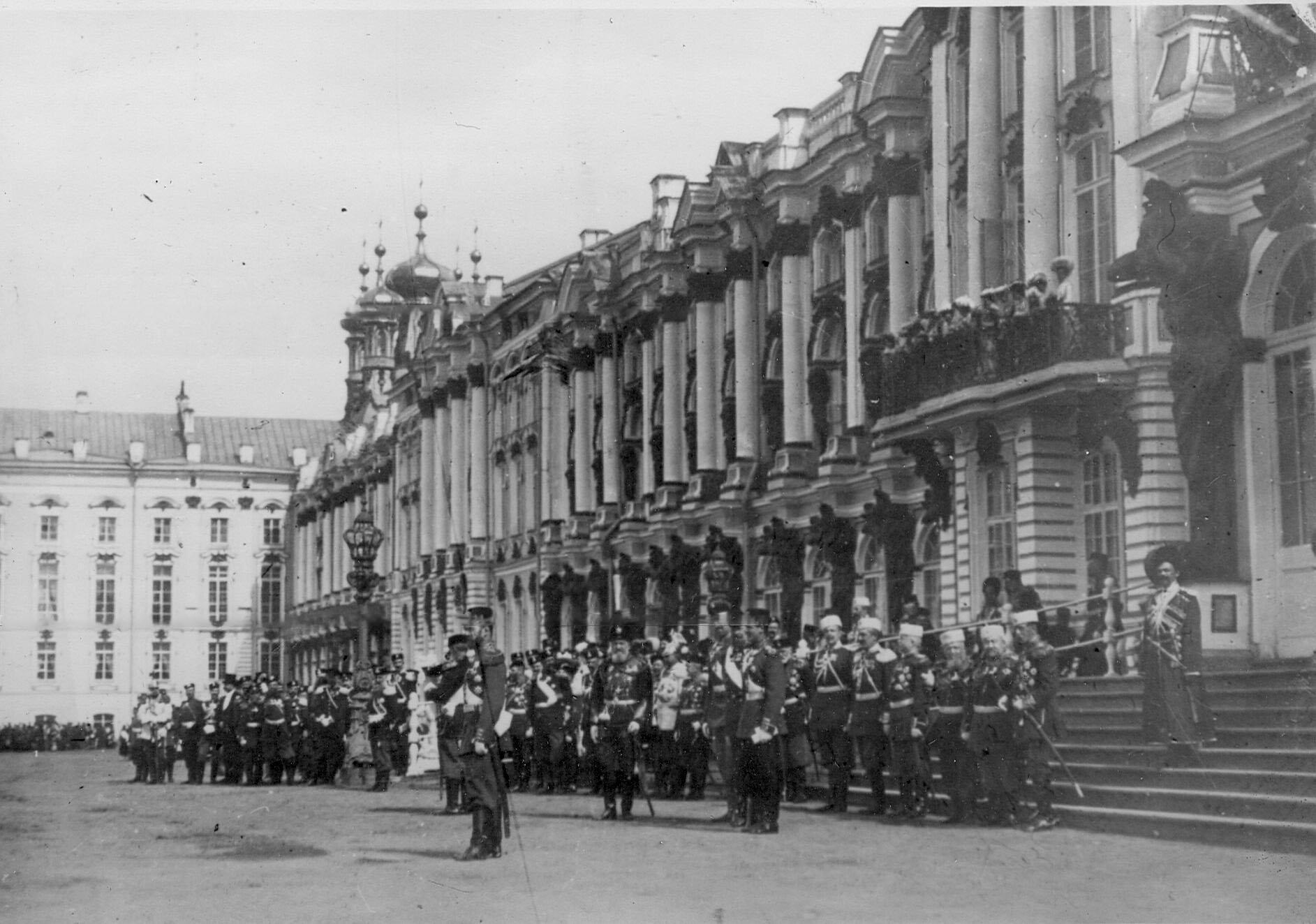 Император Николай II с группой командиров лейб-гвардии стрелковой бригады у подъезда Екатерининского дворца наблюдает за прохождением войск во время парада