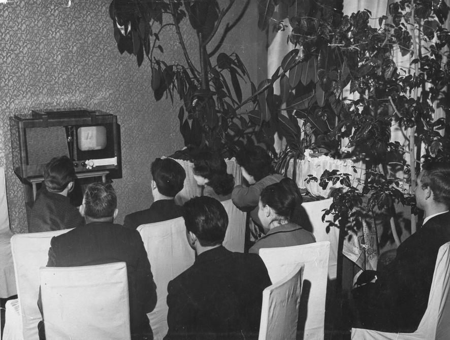 1950-е. Просмотр трансляции концерта художественной самодеятельности в клубе трамвайщиков