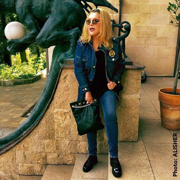 Примадонна одела облегающие джинсы
