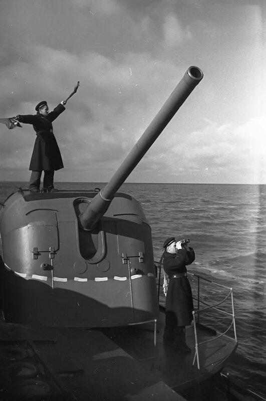 Сигнальщик старшина 2 статьи Н. Ланин передает сообщение с канонерской лодки Ладожской военной флотилии «Лахта»