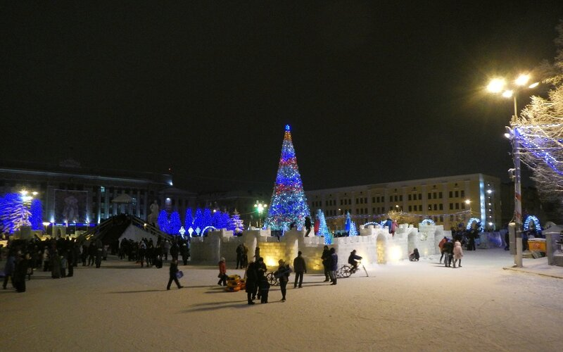Елка, крепость и горки на новогодней Театралке