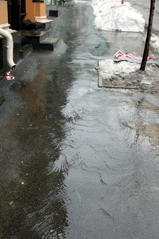 Поток воды на тротуаре