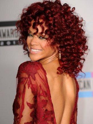 Прически Рианны на средние красные волосы фото