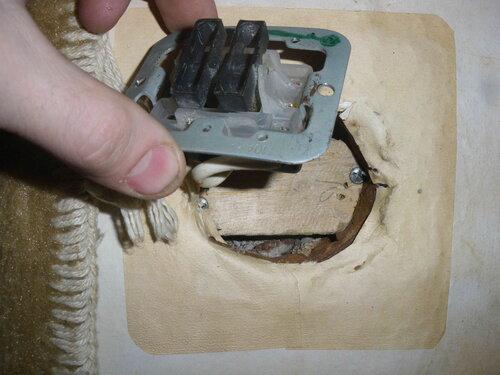 Фото 11. Демонтаж механизма старого двухклавишного выключателя. Механизм выключателя был закреплен в установочной коробке некорректным, но оригинальным способом - с помощью дощечки.