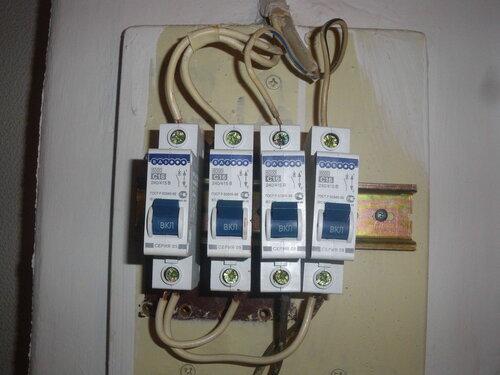 Фото 2. Крайний справа автоматический выключатель в положении «Включено» не пропускает ток.