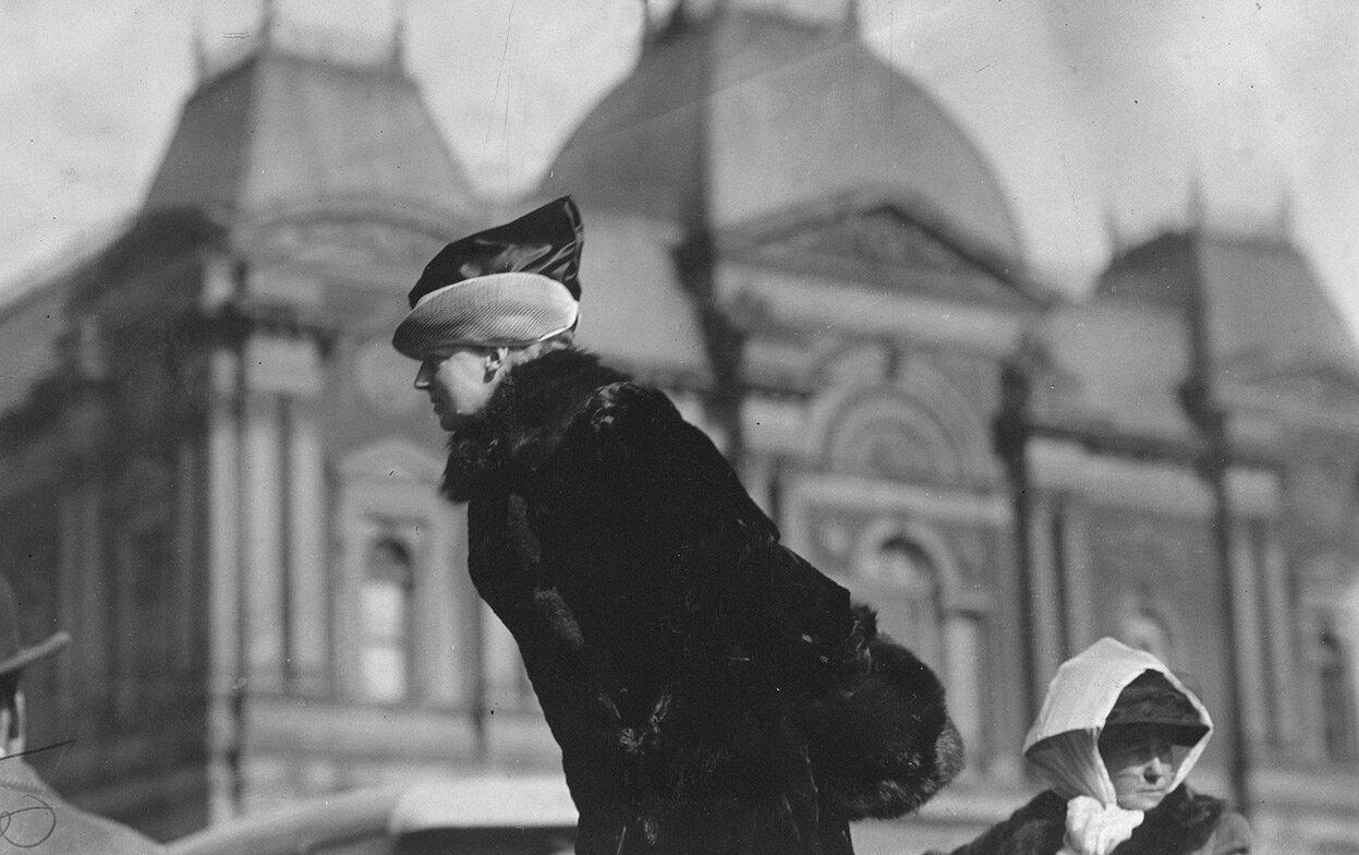 Миссис Джон Роджерс, невестка бывшего военного министра и члена Консультативного совета Конгрессионного Союза за женское избирательное право, выступает во время собрания на открытом воздухе перед старой галереей Коркоран Арт в Вашингтоне в марте 1913 года