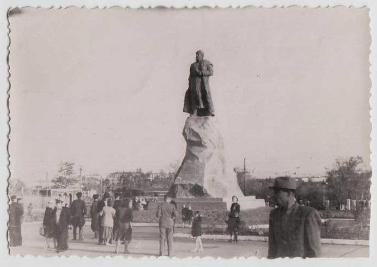Памятник Хабарову возле здания железнодорожного вокзала. На заднем плане нет ещё ни высотных домов, ни квартала пятиэтажек. Фото сделано ориентировочно в августе - сентябре 1959г
