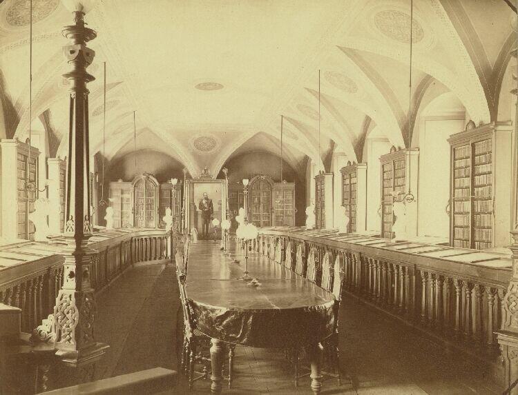 Читальный зал общественной библиотеки