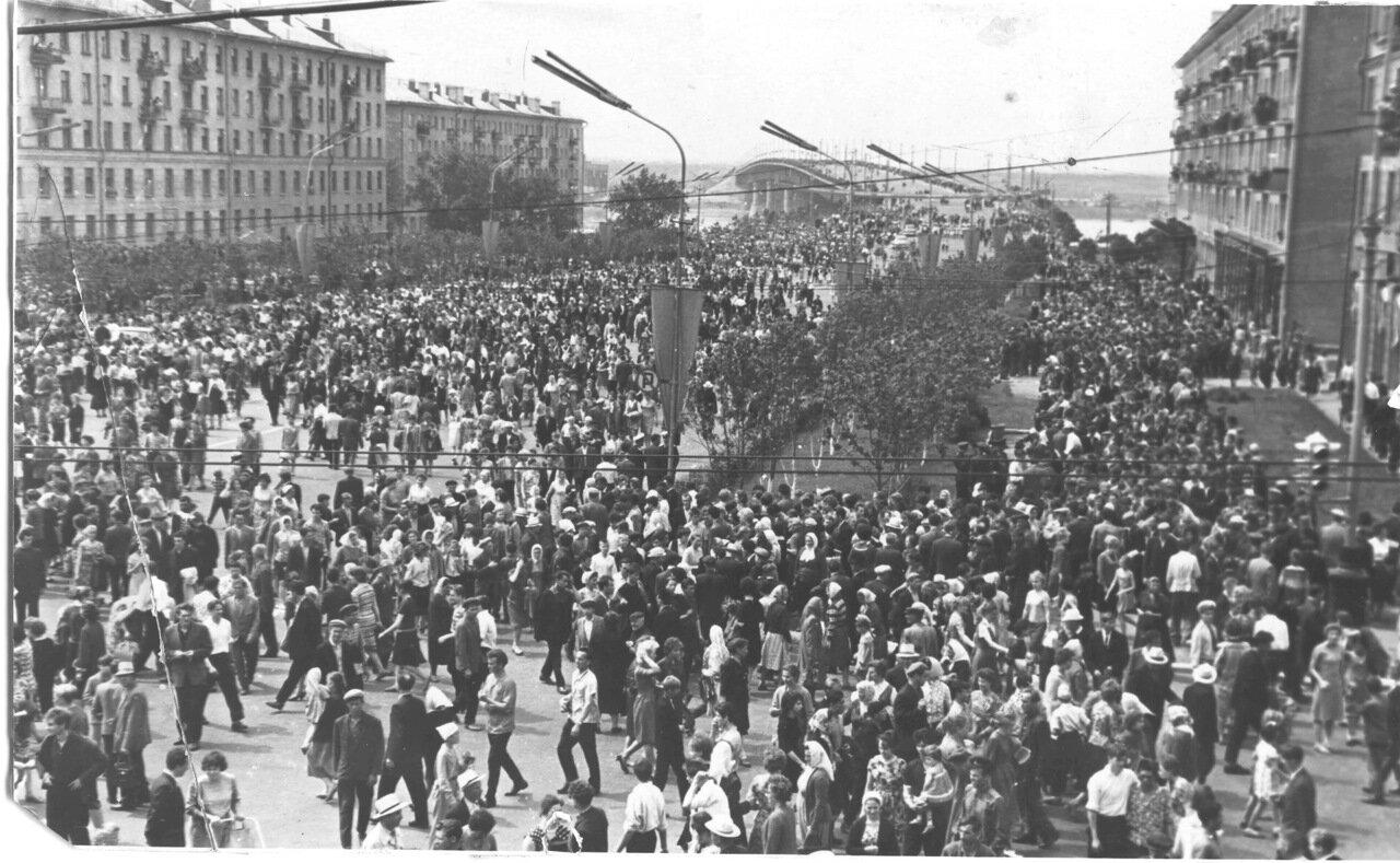 Омск. 1964. Ленинградская площадь, расходятся после митинга по поводу приезда Вальтера Ульбрихта (ГДР)